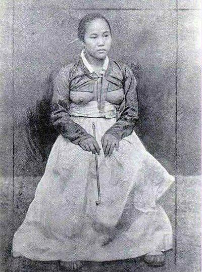 Почему кореянки носили кофты, из которых торчала полностью или частично отк
