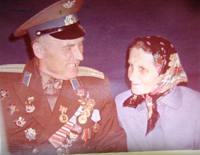 Кузьма с мамой МАТРЕНОЙ Лукъяновной (700x543, 80Kb)