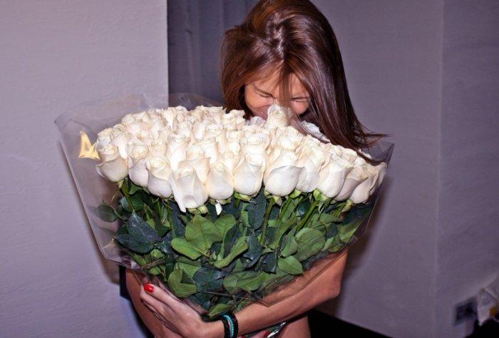 девушка с букетом белых роз фото