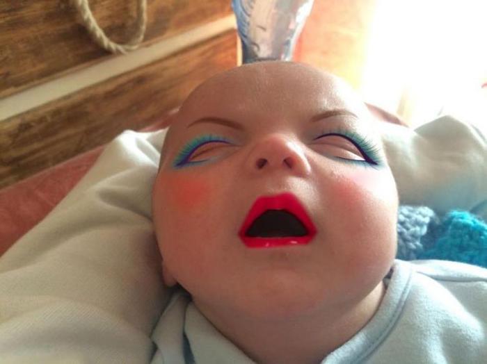 Мама сделала макияж младенцу в приложении смартфона