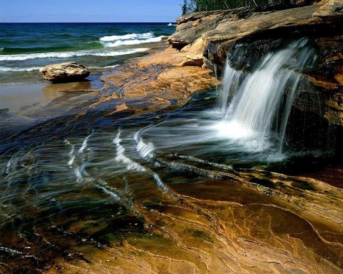 водопад струящийся в море (700x560, 155Kb)