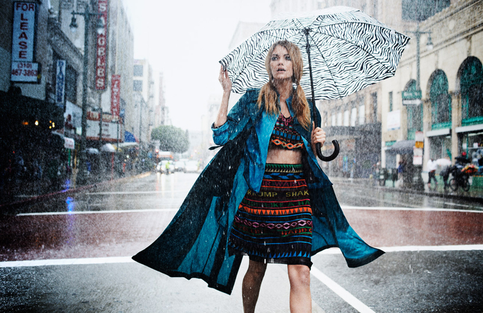 beautiful-girl-with-a-wet-umbrella-in-the-rain-4 (700x453, 449Kb)