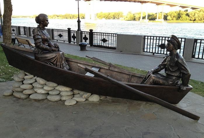 памятник в ростове лодка