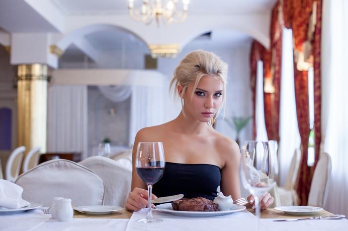 1425577124_devushka_restoran (700x466, 62Kb)