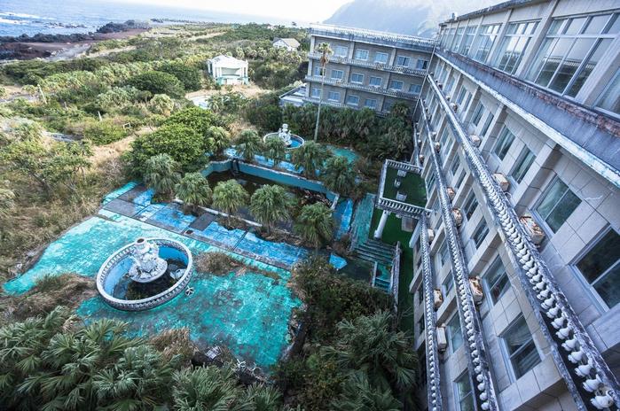 Заброшенный отель на острове Хатидзё-дзима1а (700x464, 485Kb)