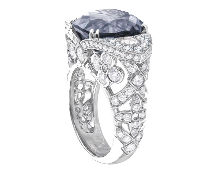 Bague_en_or_gris_4un_spinelle_gris_bleu_de_1041_carats_et_diamants_pour_256_carats_collection_Voyage_dans_le_tempsK (690x574, 158Kb)