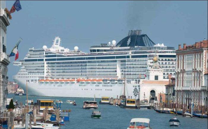 круизный лайнер на фоне венеции 2 (700x435, 229Kb)