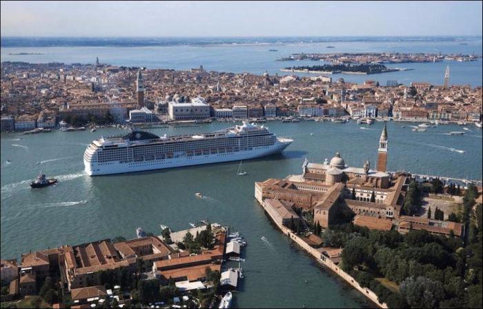 круизный лайнер на фоне венеции 4 (700x447, 265Kb)