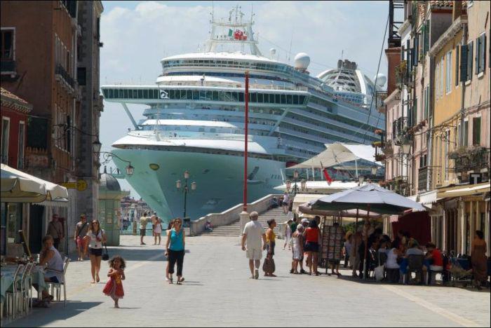 круизный лайнер на фоне венеции 6 (700x468, 272Kb)