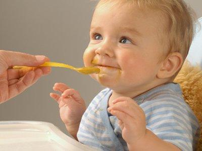 ребенок ест (400x300, 79Kb)