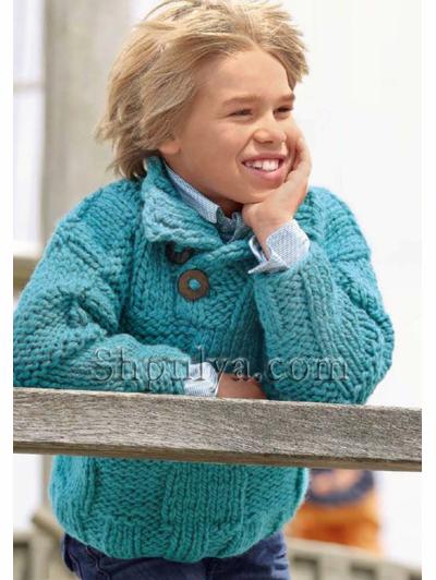 Голубой пуловер с узором из кос для
