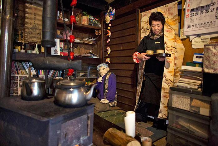 Японскую деревню населяют большие тряпичные куклы