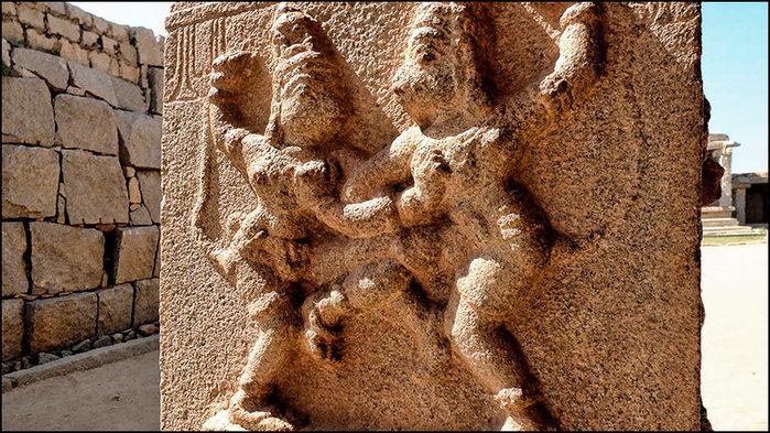 Поединок Вали и Сугривы, братьев-обезьян. Хампи, храм Хазарарама/3673959_2 (700x393, 130Kb)