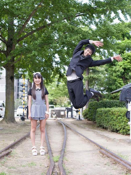 Фото: Японские бизнесмены прыгают, их дочери стоят и смотрят