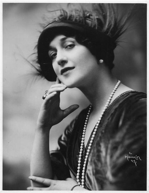 ...30-х годов.  Болеро - маленькая, круглая женская шляпка с загнутыми...