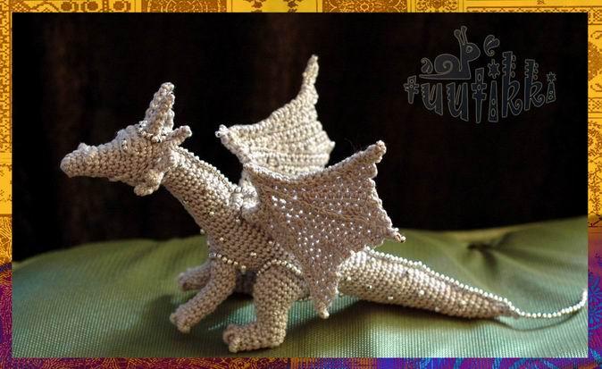 Нашла тут схему дракона вязаного и хочу попробовать: Но не знаю, каким крючком вязать и какие лучше нитки взять (ирис...