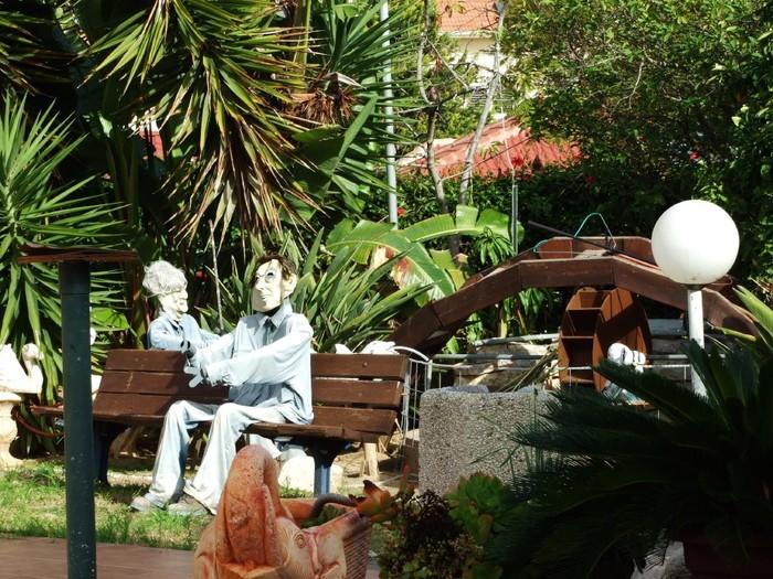 Интересная монументальная скульптура - Страница 2 32539661_V_milom_dvorike_Ashkelona