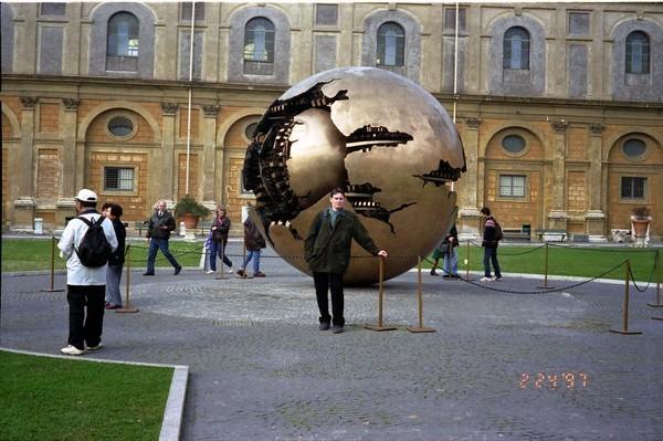 Интересная монументальная скульптура - Страница 2 32539748_Vatikan