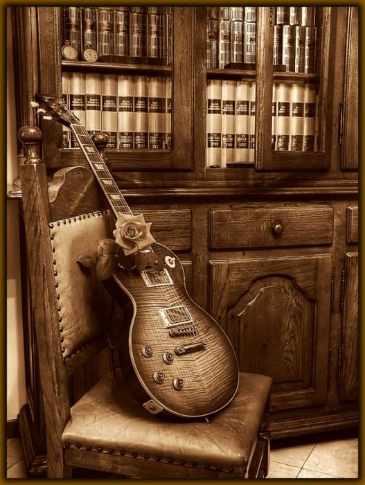 Опубликовал. ytyz.  Разное.  Гитара с розой, стоящая на стуле.
