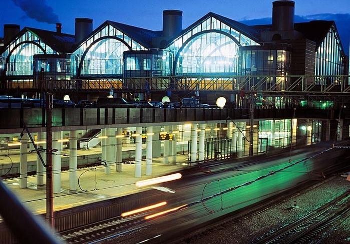 """Ладожский вокзал построен в Санкт-Петербурге в 2001-2003 годах между станцией метро  """"Ладожская """" и железнодорожной..."""