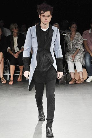 На фото модели демострируют стиль гранж в одежде.