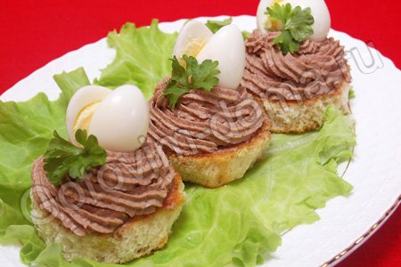 Закуска с печеночным паштетом и перепелиными яйцами