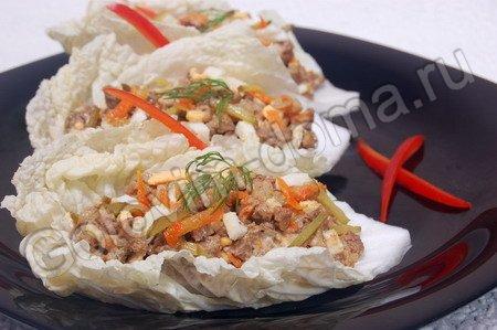 Закуска из куриной печени на листьях пекинской капусты