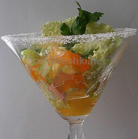 Легкий праздничный салат.  Предварительно края креманки или бокала...