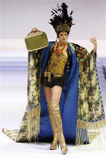 Модель в наряде тайваньского бренда Crown.