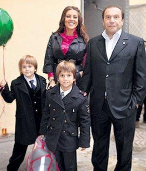 Андрей, Коля и Виктор Батурин с некой незнакомкой