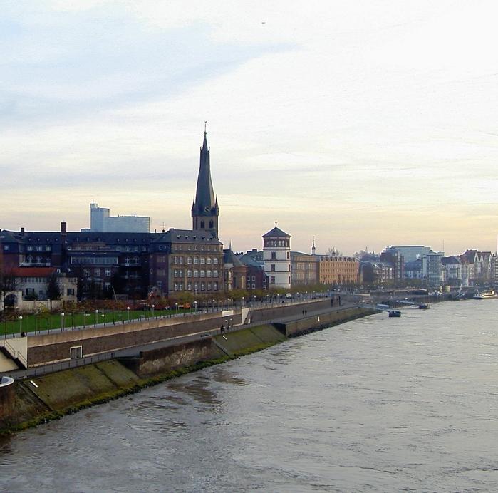 Дворцовая и церковная башни считаются двумя основными символами Дюссельдорфа.