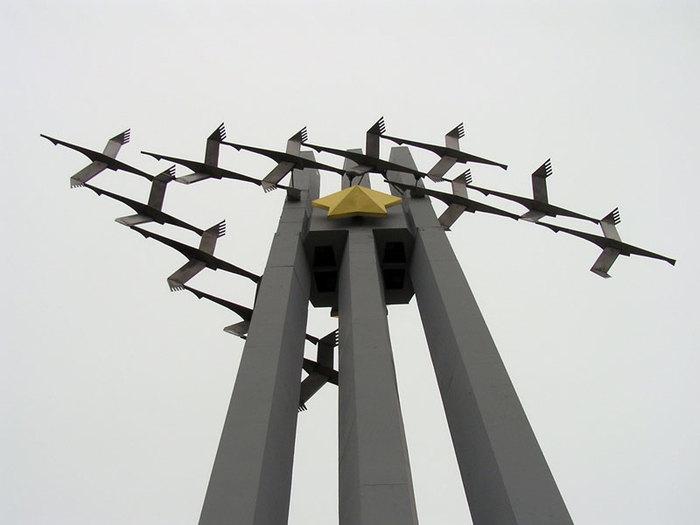памятник журавли (700x525, 42Kb)