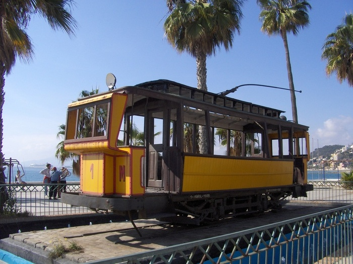 Трамвай на набережной