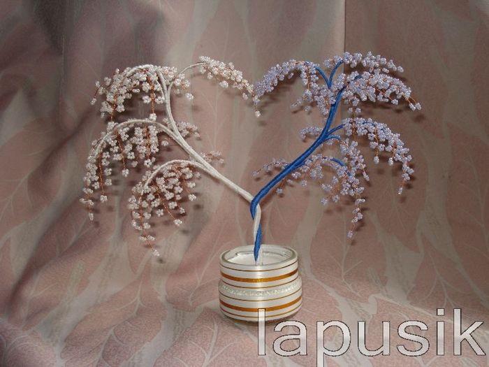 Дерево из бисера.  Итак, для работы нам понадобятся: 1. бисер голубой и белый; 2. проволока для листиков и веток (у...