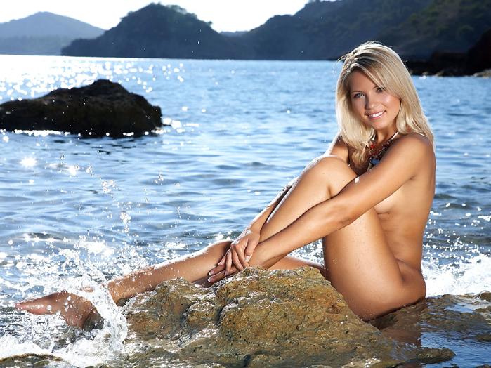 Девушка у воды   379 КБ