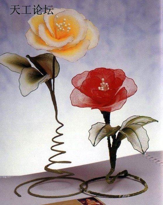 Очень красивые цветы из проволоки и капрона послужат прекрасным украшением интерьера.