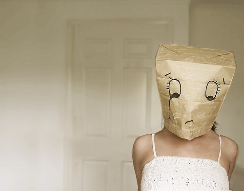 Надел на нее маску связал