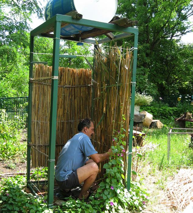 Как быстро построить душ на даче своими руками