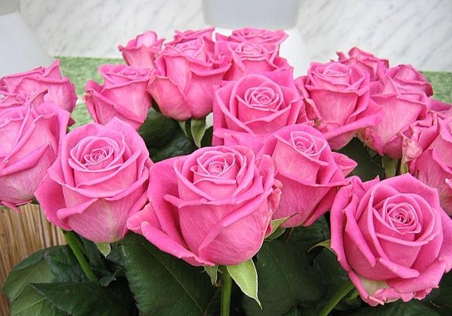Розовый цвет бутонов роз и букетов из