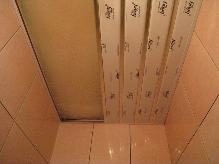 потолок реечный в туалет фото