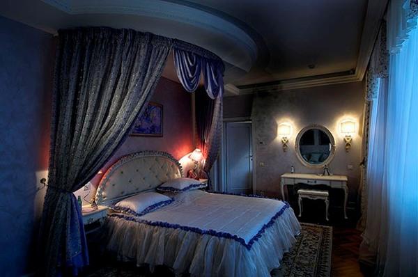 Это демократичное решение подойдет для спальни в обычной малогабаритной квартире, где кровать ставится вдоль стены...