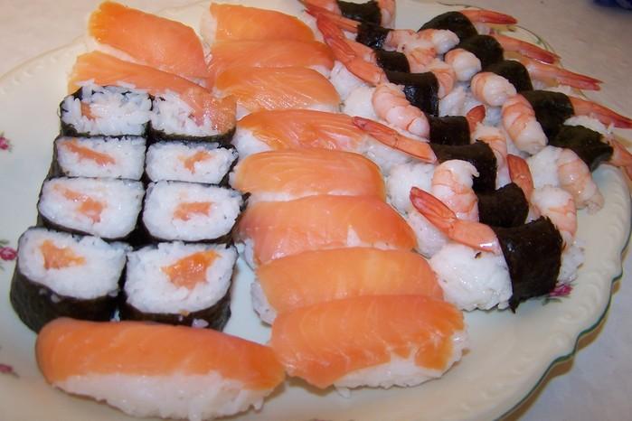 Думала я думала, что на ужин сдклать и сделала суши) Еще не поели, сижу в слюнях захлебываюсь, жду мужа).