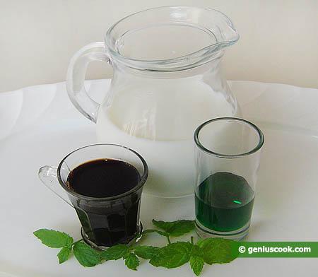 Ингредиенты для молочного коктейля с тамариндовым и мятным сиропом.