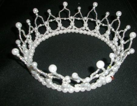 ...восточной принцессы из бисера как самостоятельно сшить топ: Очень красивая новогодняя корона, сделана из бисера.