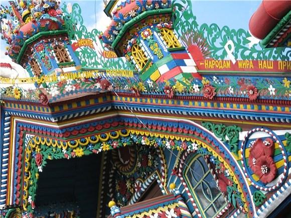 Этот сказочный дом находится в деревне Кунара.  Выглядит он, как декорация для детской сказки.  Но все сделано руками...