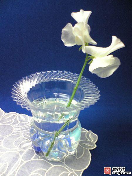 Легко и быстро сделать удобную вазу из пластиковой бутылки на вашу дачу или для понравившихся полевых цветов...