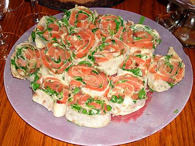 Холодная закуска из лаваша,салата и макры.  Подпись пользователя.