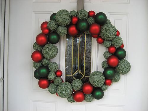 Как сделать новогоднее кольцо на дверь