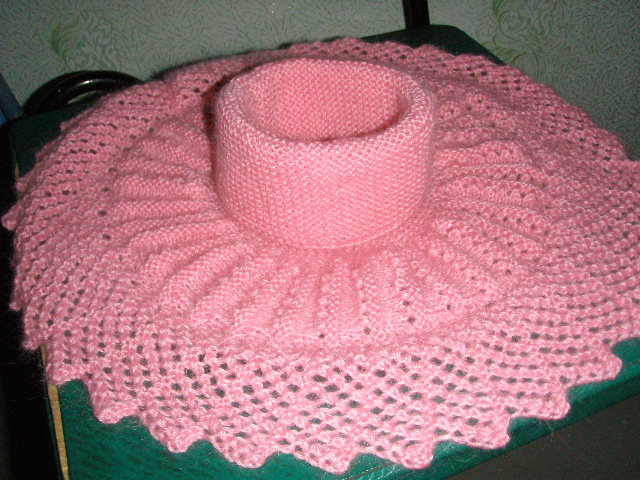 Вязаная манишка прекрасно подойдёт к вязаной шапке.