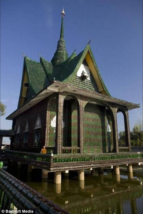 буддийский храм, построенный из пивных бутылок Heineken 11. buddhist temple built out of heineken beer bottles 11 in...